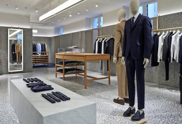 Le sur-mesure ne sera pas réservé uniquement aux costumes et aux manteaux, il concernera également le denim, de manière à offrir une personnalisation totale.