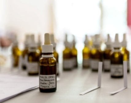 Apprendre à manipuler les matières premières pour créer ses parfums faits-maison : exercices pratiques Prix : 99.00 €