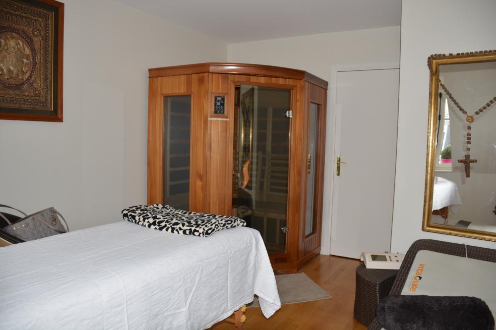 Salle de massage avec à l'intérieure un sauna infra rouge, une table de massage avec matelas chauffant ainsi qu'un canapé magnétique (pas présent sur la photo).