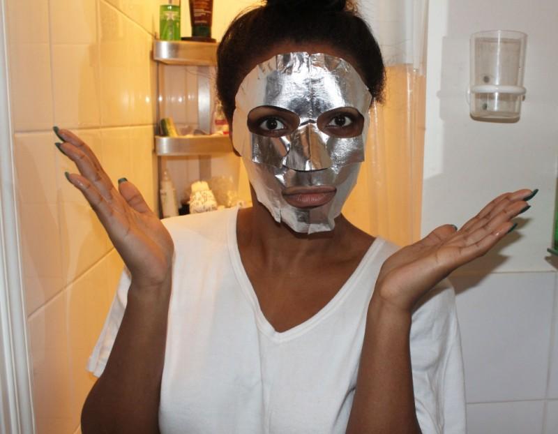 La deuxième simple étape consiste à poser la partie haute du masque sur la zone supérieure du visage.